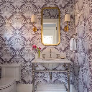 ボストンのエクレクティックスタイルのおしゃれなトイレ・洗面所 (オープンシェルフ、一体型トイレ、白いタイル、紫の壁、大理石の床、コンソール型シンク、大理石の洗面台) の写真