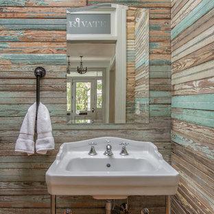 Exemple d'un WC et toilettes nature avec un mur marron et un lavabo suspendu.