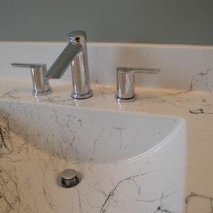Идея дизайна: туалет среднего размера в стиле кантри с фасадами в стиле шейкер, белыми фасадами, синей плиткой, синими стенами, полом из керамической плитки, монолитной раковиной, мраморной столешницей, бирюзовым полом и разноцветной столешницей