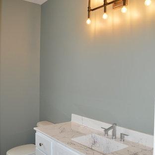 他の地域の中くらいのおしゃれなトイレ・洗面所 (シェーカースタイル扉のキャビネット、白いキャビネット、青いタイル、青い壁、セラミックタイルの床、一体型シンク、大理石の洗面台、ターコイズの床、マルチカラーの洗面カウンター) の写真