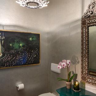 Стильный дизайн: туалет среднего размера в современном стиле с инсталляцией, серыми стенами, фасадами островного типа, зелеными фасадами, бетонным полом и монолитной раковиной - последний тренд