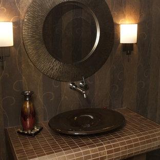 Неиссякаемый источник вдохновения для домашнего уюта: туалет в современном стиле с столешницей из плитки и коричневыми стенами