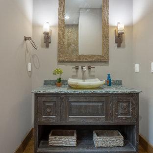 Неиссякаемый источник вдохновения для домашнего уюта: туалет среднего размера в стиле рустика с настольной раковиной, фасадами островного типа, раздельным унитазом, серыми стенами, паркетным полом среднего тона, искусственно-состаренными фасадами и коричневым полом