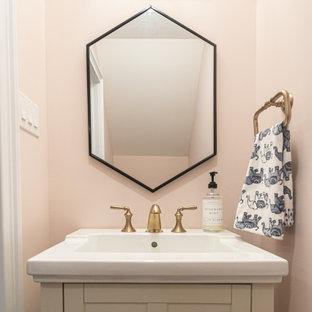 Foto de aseo clásico renovado, pequeño, con armarios con paneles empotrados, puertas de armario beige, paredes rosas, suelo de baldosas de porcelana, lavabo con pedestal, suelo gris y encimeras blancas