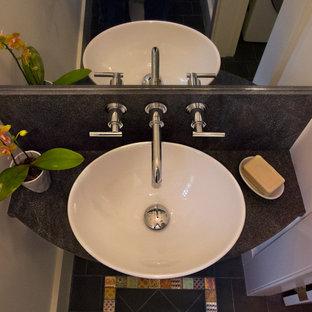 Exemple d'un petit WC et toilettes chic avec un mur blanc, une vasque, un plan de toilette en granite, un carrelage multicolore, des carreaux de céramique et un sol en ardoise.