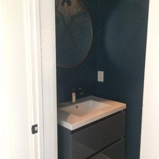 Идея дизайна: маленький туалет в стиле современная классика с серыми фасадами, унитазом-моноблоком, синими стенами, полом из терракотовой плитки, подвесной раковиной, столешницей из искусственного камня и оранжевым полом