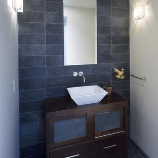 Cette image montre un WC et toilettes design avec une vasque et du carrelage en ardoise.