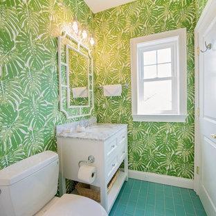 他の地域のビーチスタイルのおしゃれなトイレ・洗面所 (シェーカースタイル扉のキャビネット、白いキャビネット、分離型トイレ、緑の壁、アンダーカウンター洗面器、大理石の洗面台、ターコイズの床、グレーの洗面カウンター) の写真
