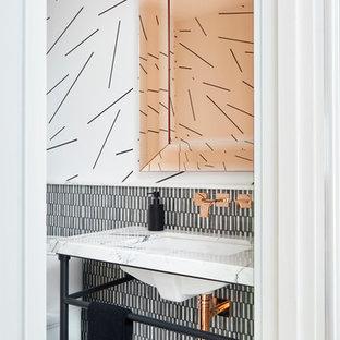 На фото: туалет в современном стиле с черной плиткой, черно-белой плиткой, разноцветной плиткой, белой плиткой, разноцветными стенами, консольной раковиной и разноцветным полом с