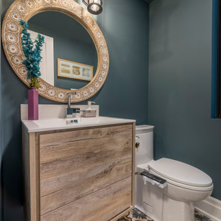Неиссякаемый источник вдохновения для домашнего уюта: маленький туалет в современном стиле с плоскими фасадами, фасадами цвета дерева среднего тона, биде, синими стенами, полом из цементной плитки, монолитной раковиной и разноцветным полом