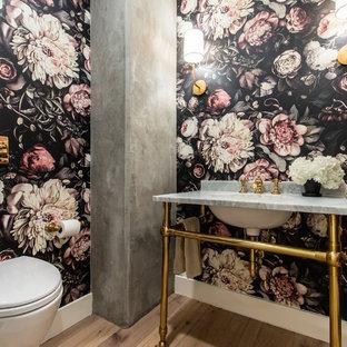 Ispirazione per un bagno di servizio tradizionale con WC sospeso, pareti multicolore, pavimento in legno massello medio, lavabo a consolle, top in marmo, pavimento beige e top grigio