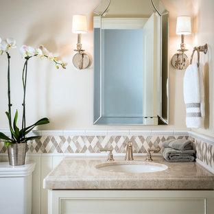Idee per un bagno di servizio chic di medie dimensioni con WC a due pezzi, piastrelle a mosaico, lavabo sottopiano, ante con riquadro incassato, ante beige, pareti beige, piastrelle beige e top beige