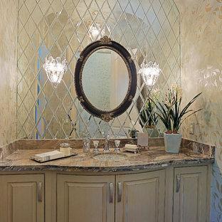 Foto di un grande bagno di servizio classico con lavabo sottopiano, consolle stile comò, ante beige, top in granito, piastrelle marroni, pareti bianche, pavimento in marmo e piastrelle a specchio