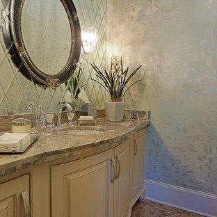 Immagine di un grande bagno di servizio tradizionale con lavabo sottopiano, consolle stile comò, ante beige, top in granito, pareti bianche, pavimento in marmo e piastrelle a specchio