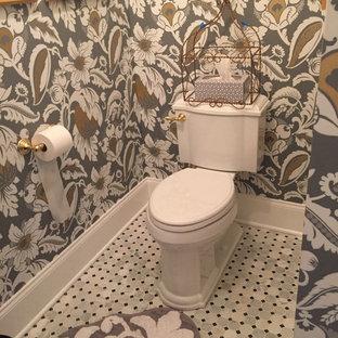 Свежая идея для дизайна: маленький туалет в классическом стиле с фасадами с выступающей филенкой, искусственно-состаренными фасадами, раздельным унитазом, черно-белой плиткой, каменной плиткой, разноцветными стенами, мраморным полом, врезной раковиной и мраморной столешницей - отличное фото интерьера
