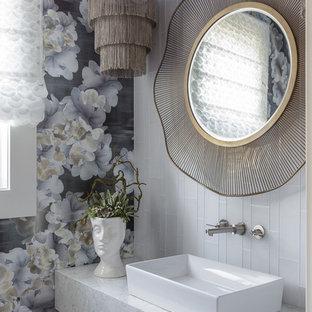 Пример оригинального дизайна: туалет среднего размера в современном стиле с белой плиткой, настольной раковиной, столешницей из искусственного кварца, белой столешницей, стеклянной плиткой и разноцветными стенами