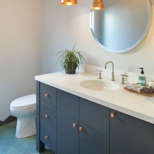 Idee per un bagno di servizio boho chic con pavimento blu