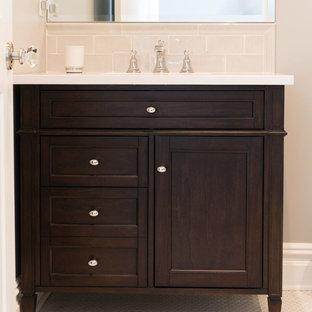 Стильный дизайн: маленький туалет в классическом стиле с фасадами островного типа, темными деревянными фасадами, бежевыми стенами, полом из мозаичной плитки, врезной раковиной, столешницей из искусственного камня, белым полом и белой столешницей - последний тренд
