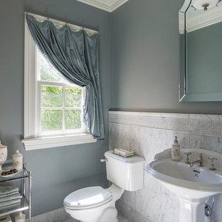 サンフランシスコのトラディショナルスタイルのおしゃれなトイレ・洗面所 (オープンシェルフ、一体型トイレ、大理石の床、ペデスタルシンク、白い床、大理石タイル) の写真