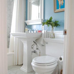 Foto de aseo tradicional, pequeño, con lavabo con pedestal, sanitario de dos piezas y paredes azules