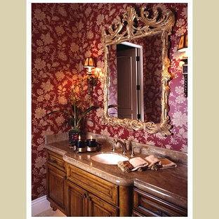 На фото: туалет в классическом стиле с