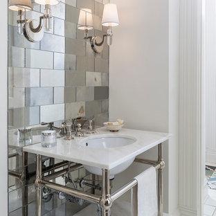 Klassische Gästetoilette mit Spiegelfliesen und Unterbauwaschbecken in Minneapolis