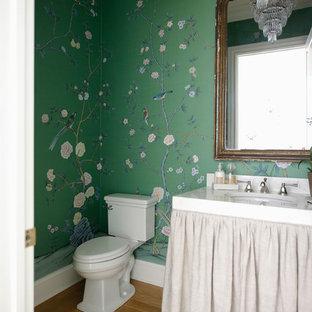 Идея дизайна: туалет в классическом стиле с раздельным унитазом, зелеными стенами, светлым паркетным полом и врезной раковиной