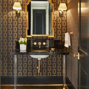 Klassische Gästetoilette mit bunten Wänden, dunklem Holzboden, Unterbauwaschbecken, braunem Boden und schwarzer Waschtischplatte in Dallas
