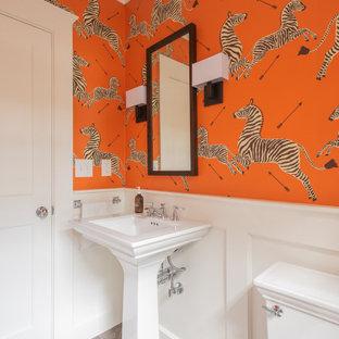Diseño de aseo tradicional renovado, pequeño, con sanitario de dos piezas, parades naranjas, lavabo con pedestal y suelo gris