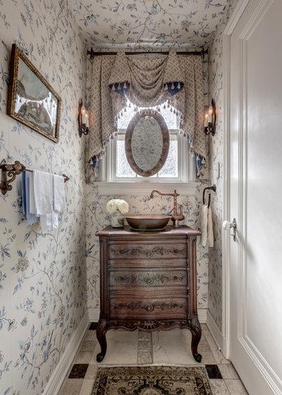 Classico Bagno di Servizio by Linda Fritschy Interior Design
