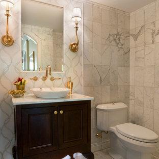 Inspiration pour un petit WC et toilettes traditionnel avec une vasque, un placard en trompe-l'oeil, des portes de placard en bois sombre, un plan de toilette en marbre, un WC à poser, un carrelage blanc, un carrelage de pierre, un mur blanc et un sol en marbre.