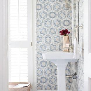 Klassische Gästetoilette mit Sockelwaschbecken, Keramikboden und bunten Wänden in Washington, D.C.