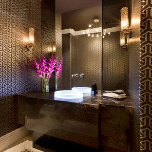 Immagine di un grande bagno di servizio contemporaneo con pareti multicolore, pavimento in travertino, lavabo a bacinella, top in granito, pavimento marrone e top marrone