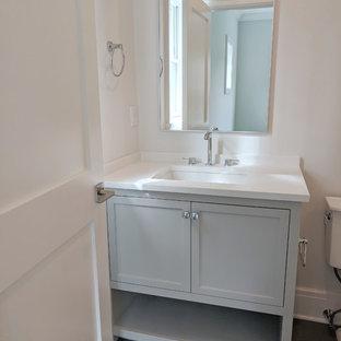 Idee per un piccolo bagno di servizio classico con ante con riquadro incassato, ante grigie, lavabo sottopiano, pavimento grigio, pareti beige, pavimento in gres porcellanato e top bianco