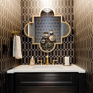 Ejemplo de aseo clásico renovado, pequeño, con armarios con paneles empotrados, puertas de armario negras, lavabo bajoencimera, encimera de mármol, paredes marrones y encimeras blancas