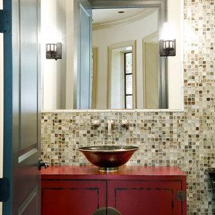 Неиссякаемый источник вдохновения для домашнего уюта: туалет в стиле современная классика с фасадами островного типа, раздельным унитазом, стеклянной плиткой, настольной раковиной, столешницей из дерева, красными фасадами, разноцветной плиткой, разноцветными стенами и красной столешницей