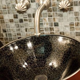 Immagine di un bagno di servizio chic con consolle stile comò, ante rosse, WC a due pezzi, piastrelle multicolore, piastrelle di vetro, pareti multicolore, lavabo a bacinella e top in legno