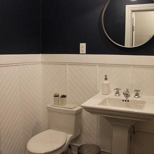 Ispirazione per un bagno di servizio chic di medie dimensioni con lavabo a colonna, WC monopezzo, pareti nere e pavimento in gres porcellanato