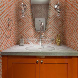 Стильный дизайн: туалет в стиле современная классика с настольной раковиной, фасадами в стиле шейкер, оранжевыми фасадами и разноцветными стенами - последний тренд