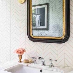 Неиссякаемый источник вдохновения для домашнего уюта: туалет в стиле современная классика с зелеными фасадами, разноцветными стенами, врезной раковиной и мраморной столешницей