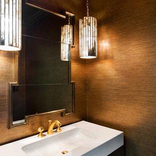 Idee per un bagno di servizio classico con consolle stile comò, ante in legno bruno, WC a due pezzi, lavabo integrato, top in cemento e pareti marroni