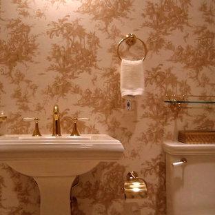 Выдающиеся фото от архитекторов и дизайнеров интерьера: туалет среднего размера в классическом стиле с раковиной с пьедесталом