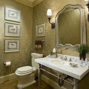 Cette image montre un WC et toilettes traditionnel avec un lavabo encastré et un plan de toilette en marbre.