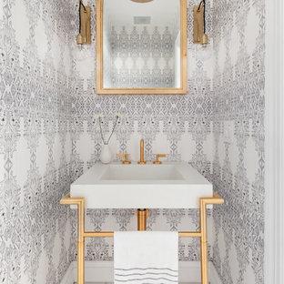 Modelo de aseo nórdico con paredes multicolor, lavabo tipo consola y suelo blanco