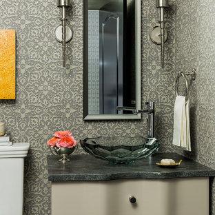 Esempio di un bagno di servizio vittoriano con lavabo a bacinella, consolle stile comò, ante grigie e pareti multicolore