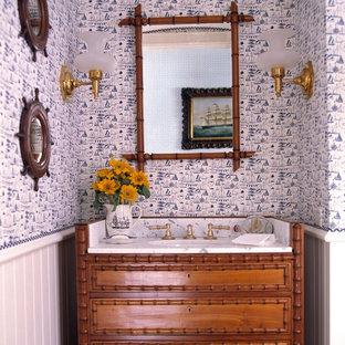 Réalisation d'un petit WC et toilettes ethnique avec un lavabo encastré, un placard en trompe-l'oeil et des portes de placard en bois brun.