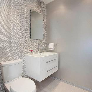 Foto di un bagno di servizio contemporaneo con ante lisce, ante bianche, WC a due pezzi, pareti grigie, piastrelle multicolore, piastrelle a mosaico e parquet chiaro