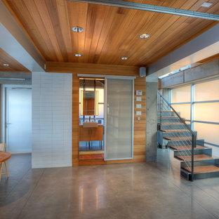 Kleine Moderne Gästetoilette mit flächenbündigen Schrankfronten, braunen Schränken, Mineralwerkstoff-Waschtisch, weißer Waschtischplatte, Toilette mit Aufsatzspülkasten, brauner Wandfarbe, Unterbauwaschbecken, dunklem Holzboden, braunem Boden, weißen Fliesen und Keramikfliesen in Seattle