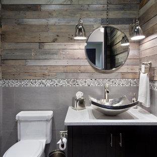 Cette photo montre un WC et toilettes tendance de taille moyenne avec un placard à porte shaker, des portes de placard en bois sombre, un WC séparé, un carrelage gris, carrelage en mosaïque, un mur marron, une vasque et un plan de toilette en terrazzo.
