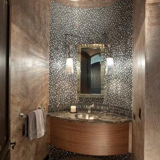 Пример оригинального дизайна: туалет среднего размера в средиземноморском стиле с врезной раковиной, плоскими фасадами, черно-белой плиткой, бежевой плиткой, плиткой мозаикой, серыми стенами, полом из керамической плитки, мраморной столешницей и темными деревянными фасадами